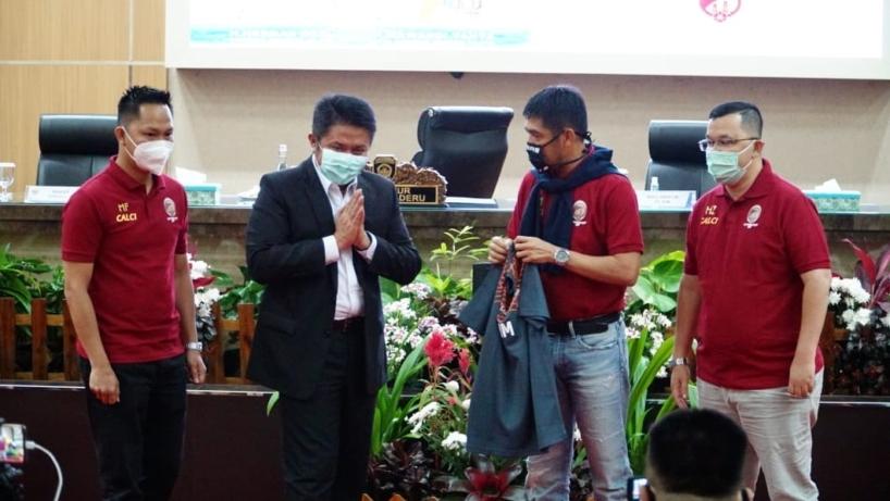 Gubernur Sumatera Selatan, Herman Deru, menyaksikan penandatanganan kontrak antara Manajer Sriwijaya FC, M. Fadli, dengan pelatih anyar Sriwijaya FC, Nil Maizar.